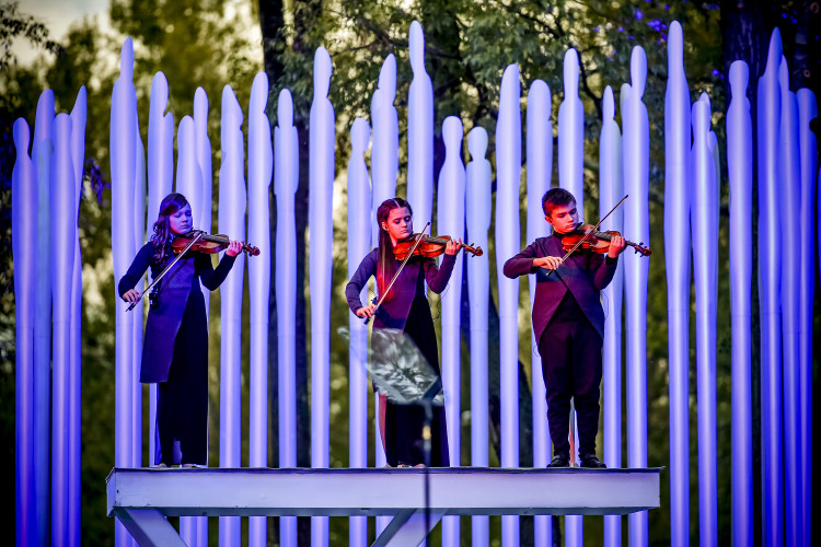 The performance symbolizes the wind that witnessed atrocious events 75 years ago. The sound of the wind epitomizes voices of souls perished in the Babyn Yar, while young singers and violinists echo the sorrow for the victims through their music.<br /> <br /> Photo by Mykola Lazarenko